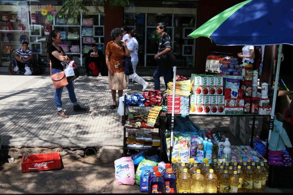 In the streets of Asunción, it's not uncommon to find Argentinian products at significantly lower prices than in supermarkets. (Mariano Nin)