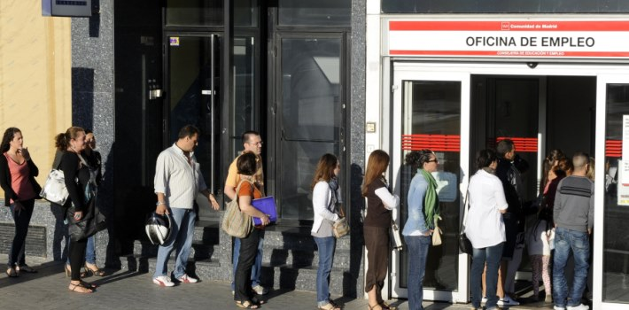 (FILES) - A photo taken on September 04, 2012 shows people waiting in line at a government employment office in the center of Madrid. Spain's unemployment rate soared to a new record of 27.16 percent in the first quarter of 2013 as the number of jobless surpassed six million, official data showed on April 25, 2013. The unemployment rate was up from 26.02 percent in the previous quarter. The number of unemployed climbed by 237,400 people to 6.2 million, the National Statistics Institute said.   AFP PHOTO/DOMINIQUE FAGET