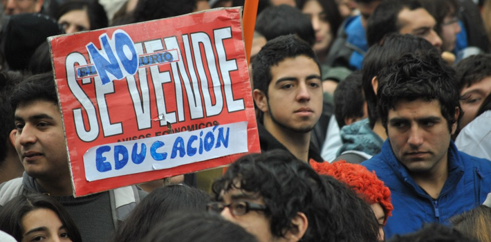 "Many parents and university students are waiting on Chilean President Michelle Bachelet and for <em>other</em> people to pay for their studies. (<a href=""https://upload.wikimedia.org/wikipedia/commons/a/a6/La_educaci%C3%B3n_no_se_vende.jpg"" target=""_blank"">Wikimedia Commons</a>)"