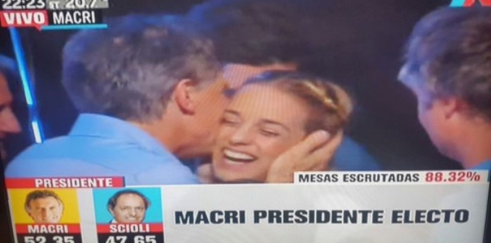 "Lilian Tintori, wife of the jailed Venezuelan politician Leopoldo López, visited Argentinean President-elect Mauricio Macri at his headquarters on the election night. (<a href=""http://infovzla.net/nacionales/las-fotos-de-lilian-tintori-y-mauricio-macri-que-tienen-furico-a-nicolas-maduro/"" target=""_blank"">Infovenezuela</a>)"