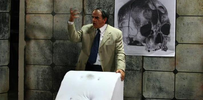 A prominent Venezuelan psychiatrist who drugged and raped his patients lives on in a play by Héctor Manrique.