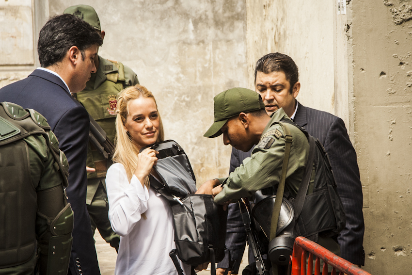 Lilian Tintori, wife of Leopoldo López, has complained that neither she nor her children have been able to enter the Ramo Verde military prison to visit López for over a month.