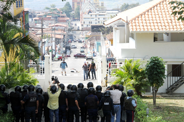 Hooded individuals attack the residency of the Governor of Tachira, Venezuela.