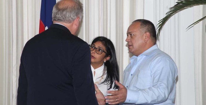 Diosdado Cabello and Foreign Minister Delcy Rodríguez met on Saturday with Thomas Shannon, counselor to US Secretary of State John Kerry.