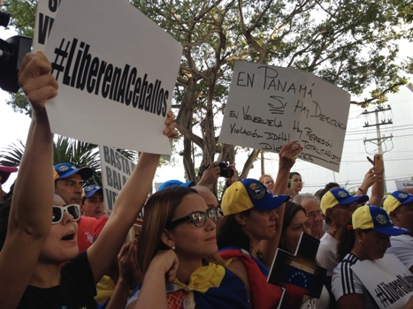 The protesters were mostly Venezuelan exiles and visitors, as well as Panamanians. (PanAm Post)